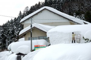 Heavy snow can put buildings at risk (Photo courtesy of Wikimedia Commons)